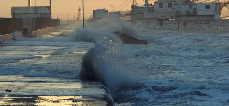 Alta marea e vento, ma le dune evitano guai peggiori