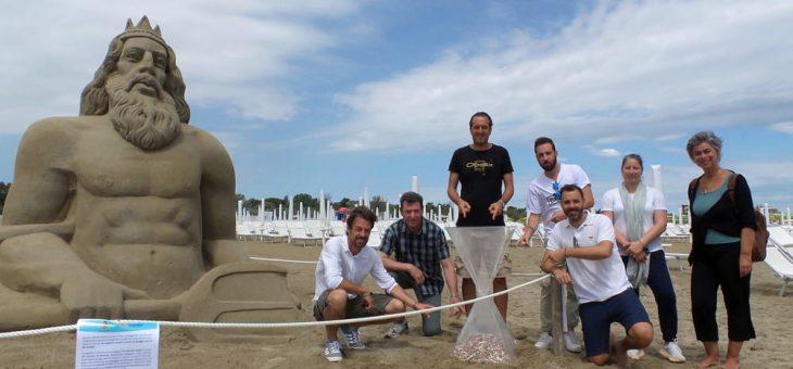Inaugurata la scultura di sabbia contro i mozziconi in spiaggia